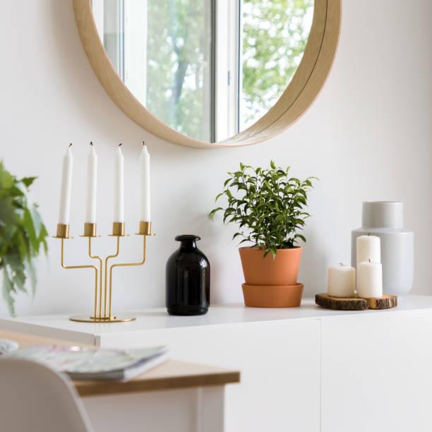 dekorativeaccessoires auf weißem schrank - sideboard skandinavisch stock-fotos und bilder