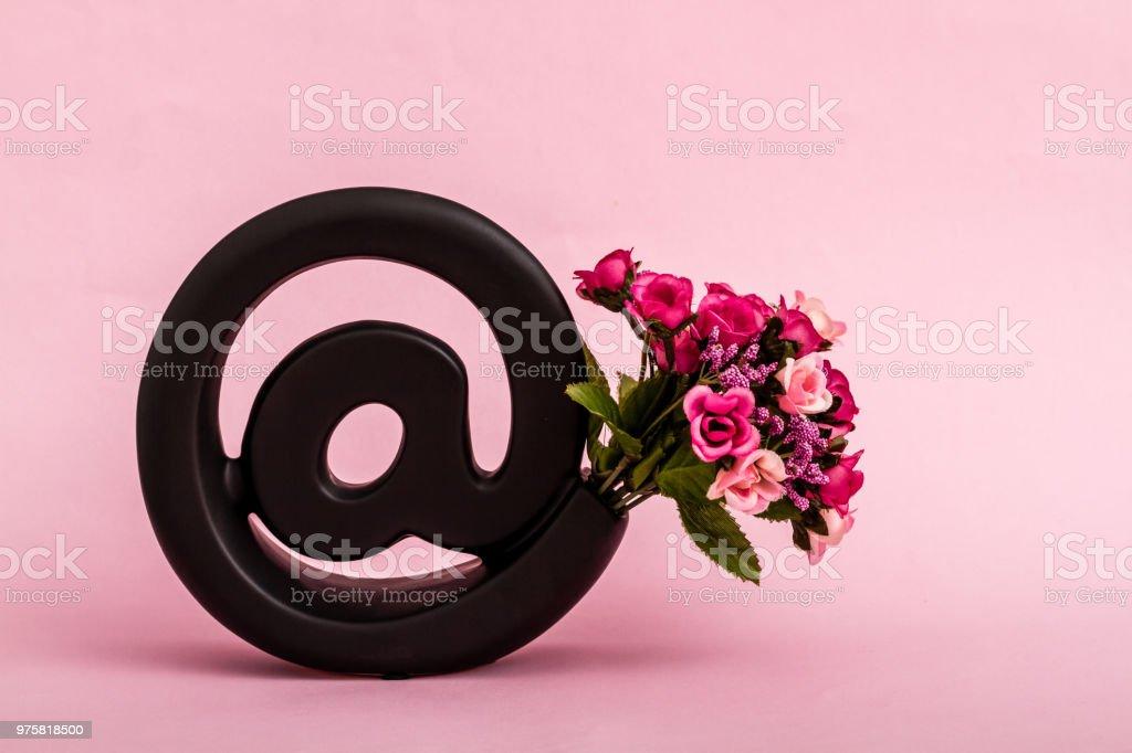 Dekorative schwarze e-Mail-Symbol auf rosa Hintergrund - Lizenzfrei Abschicken Stock-Foto