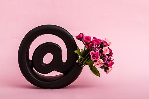 Dekorative Schwarze Emailsymbol Auf Rosa Hintergrund Stockfoto und mehr Bilder von Abschicken