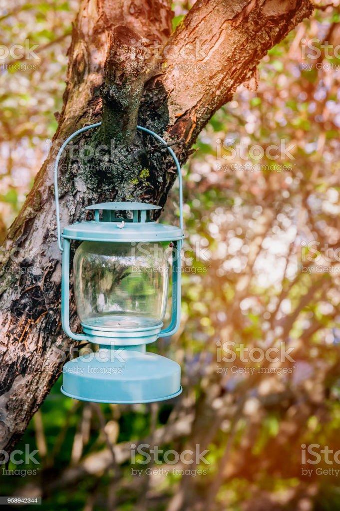 Photo libre de droit de Decoration Verre Bleu Lampe Avec Bougies Suspendus  À Un Arbre Dans Le Jardin banque d\'images et plus d\'images libres de droit  ...