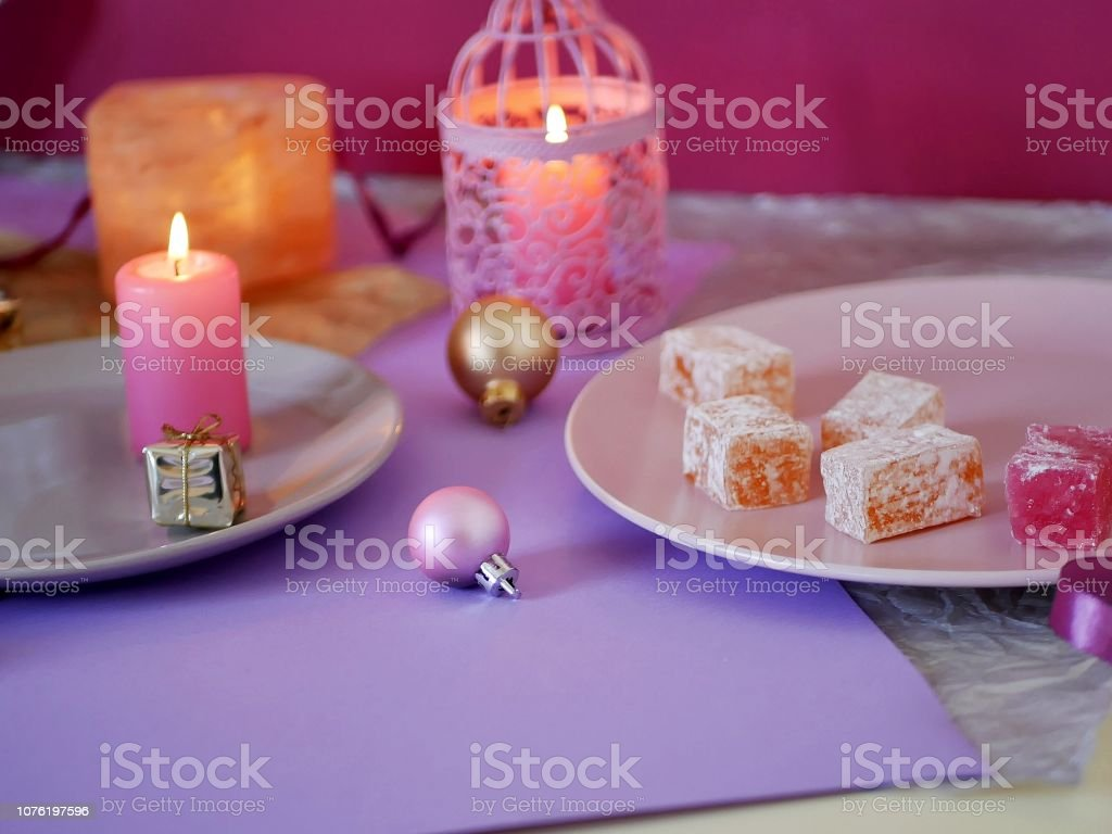 Dekorative Komposition In Eine Rosa Farbe Von Brennenden Kerzen Dekorative Laternen Orientalische Sussigkeiten Auf Geschirr Weihnachtsdekor Kugeln Stockfoto Und Mehr Bilder Von Brennen Istock