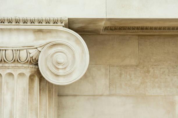 détails décoratifs d'une colonne ionique antique - colonne architecturale photos et images de collection