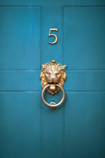 장식, 우아한 황동 사자 머리 문 두 들기는 사람 오래 된 그루지야어 스타일 청록 색에 판넬 정문 - 노커 뉴스 사진 이미지