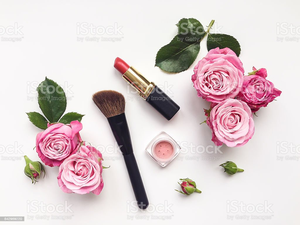 Decorative flat lay composition with cosmetics and flowers. Top view - foto stock