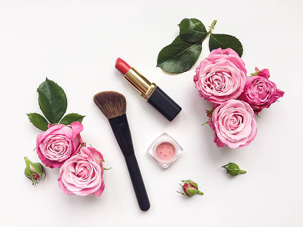decorative flat lay composition with cosmetics and flowers. top view - blumen make up stock-fotos und bilder