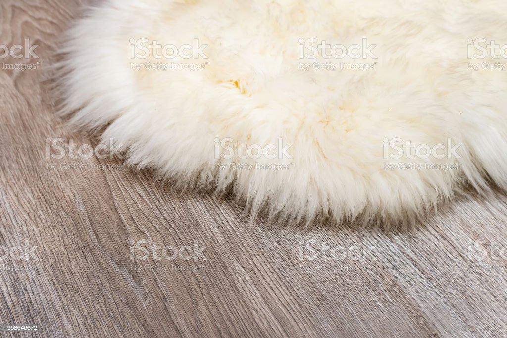 Dekorative Fell Teppich auf Holzboden Hintergrund – Foto