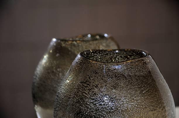 dekorative glasvase mit blase arbeit reflektiert in einem spiegel. selektiven fokus. - vase glas stock-fotos und bilder