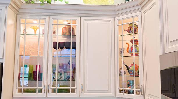dekorative küchenschränke in einem modernen home - vitrinenschrank stock-fotos und bilder