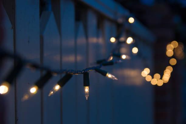 dekorative im freien weihnachten lichter ausstattungsgrad in dunklem hintergrund - weihnachtlich beleuchtete häuser stock-fotos und bilder