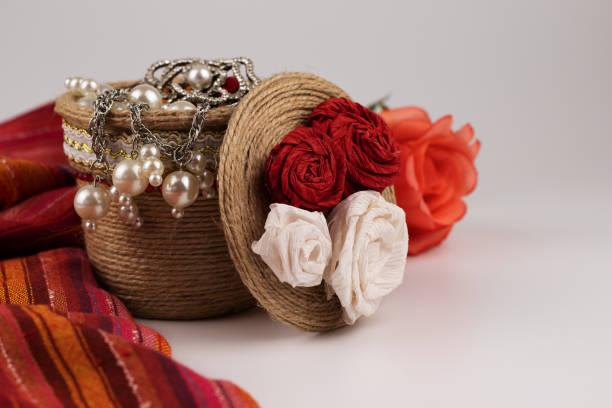 dekorative topf mit dekorationen und rosen. - speicher häkeln stock-fotos und bilder