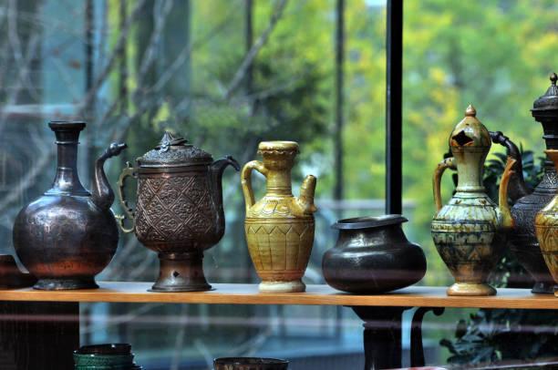 dekorative keramik und flaschen auf dem display im shop - keramikteekannen stock-fotos und bilder