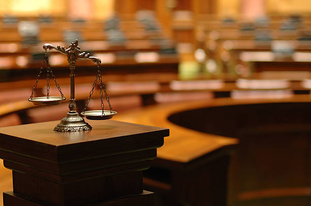 Decorativo balanza de la justicia en la Courtroom - foto de stock