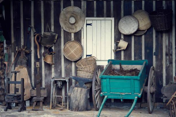 Dekorative Holz Oldtimer Wagen und Bauernhof-Objekte an der Wand hängen. – Foto