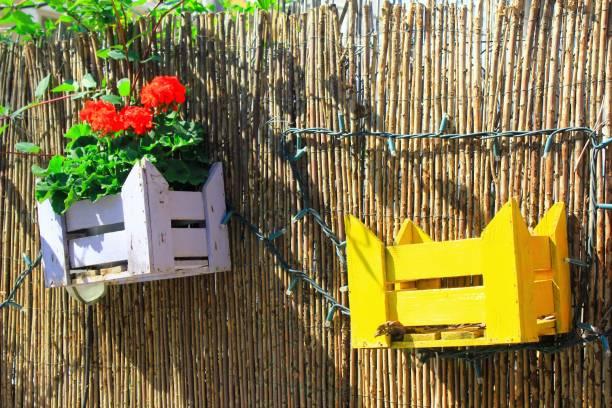 Caisses en bois décoratives sur la clôture d'un jardin - Photo