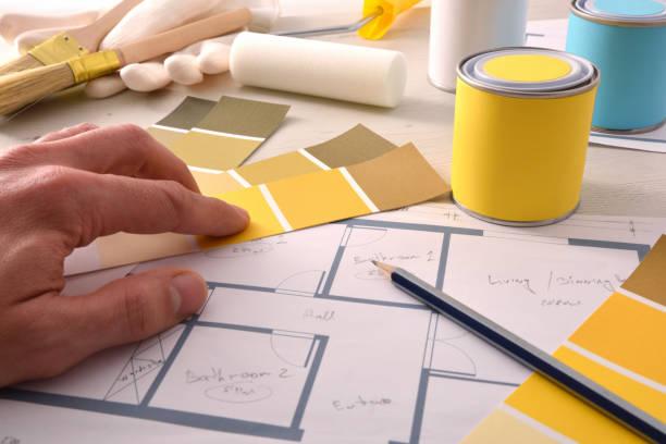 Decorador de elegir color amarillo para proyecto de pintura de casa interior - foto de stock