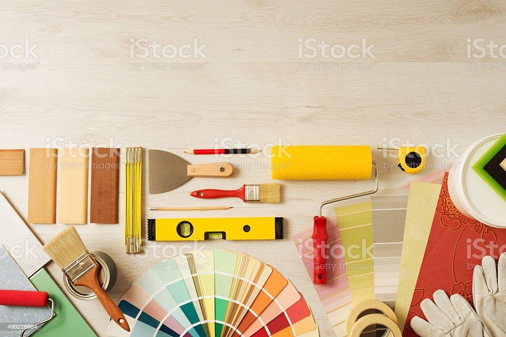 O decorador mesa de trabalho com ferramentas foto royalty-free