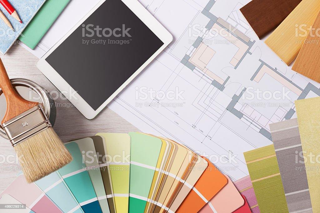 O decorador mesa de trabalho com ferramentas - foto de acervo