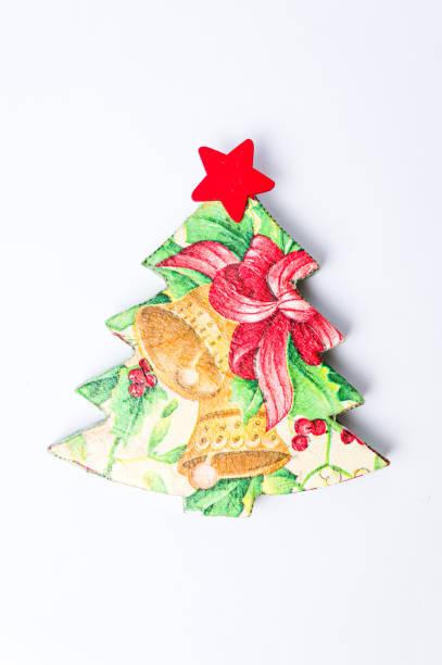 decoupage weihnachtsbaum dekoration auf weiß - decoupage kunst stock-fotos und bilder