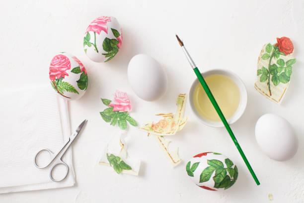 decoupage auf weißen eiern. die dekoration von eiern zu ostern. - decoupage kunst stock-fotos und bilder