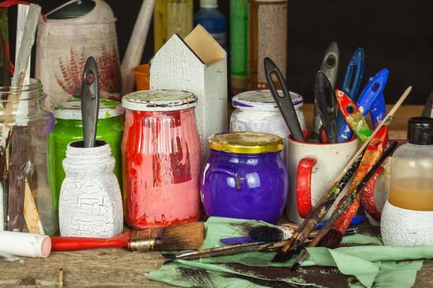 decoupage-produkte. home künstler-workshop. unordnung auf dem schreibtisch des malers. pinsel und farben. - decoupage kunst stock-fotos und bilder