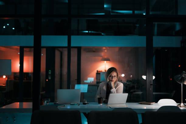 dedicación es un requisito para el éxito - trabajar hasta tarde fotografías e imágenes de stock