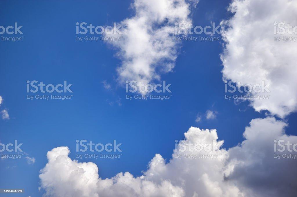 Ciemnoniebieskie niebo z chmurami w słoneczny dzień. - Zbiór zdjęć royalty-free (Biały)