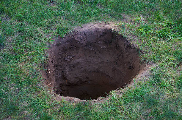 Deep dirt hole in ground or lawn – Foto