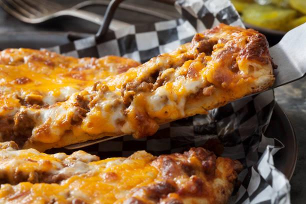 diepe schotel cheeseburger pizza - dikke pizza close up stockfoto's en -beelden