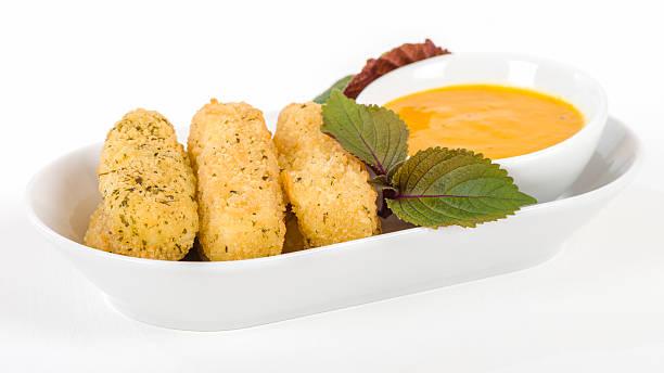 frittierte käse - schnelles weihnachtsessen stock-fotos und bilder