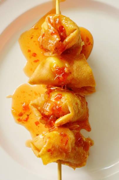tiefe gebratene knödel paste gewickelt wachtel ei dressing sauce - peperoni stiche stock-fotos und bilder