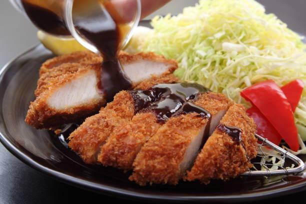揚げ豚のカツレツ サラダとレモン、日本食品 - 和食 ストックフォトと画像