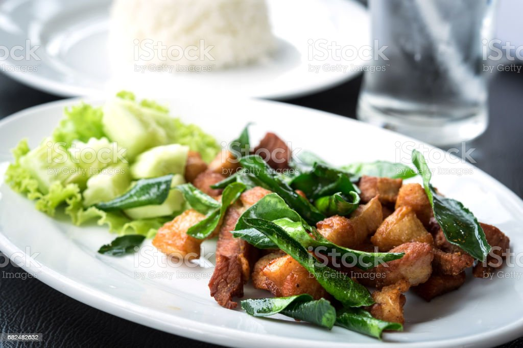 Deep fried pork with leech lime leaf and chili sauce Lizenzfreies stock-foto