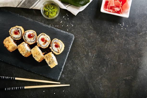 deep fried sushi rolt met zalm en roomkaas bovenaanzicht - japanse gerechten stockfoto's en -beelden