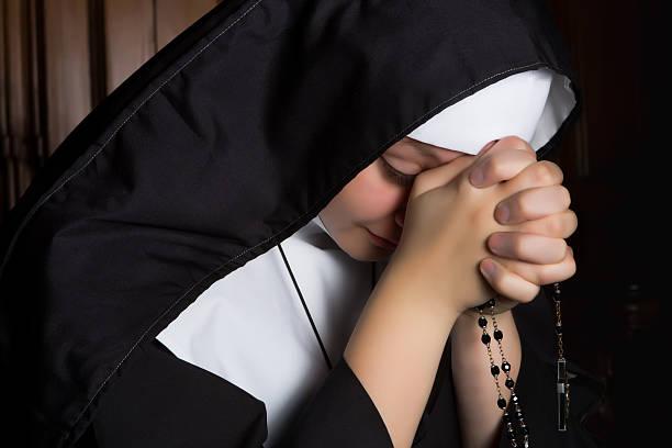 profundo de oración - hermana fotografías e imágenes de stock