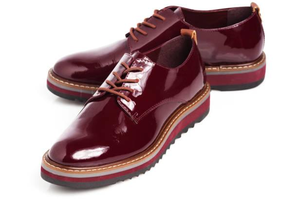 Tiefes Rot glänzendes Paar Schuhe – Foto