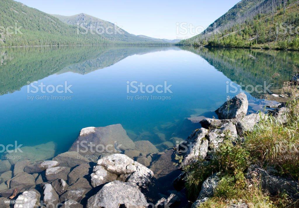 Djup öppet sjö i skogen - Royaltyfri Berg Bildbanksbilder