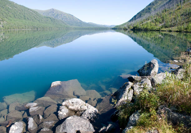 Deep transparent lake in the forest - foto stock