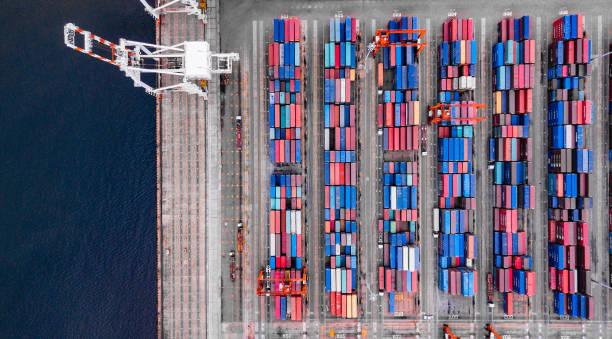 Tiefwasserhafen mit Frachtschiff und Containerimport und Exportprodukten weltweit – Foto