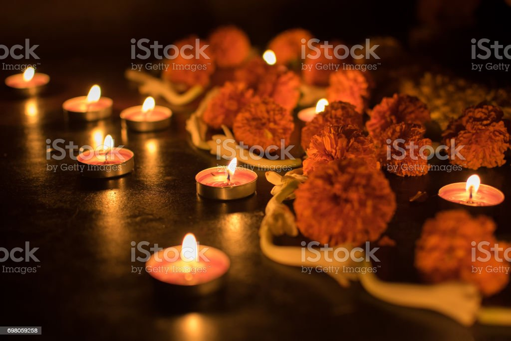 Deepabali - bunte Kerzen leuchten in der Dunkelheit – Foto