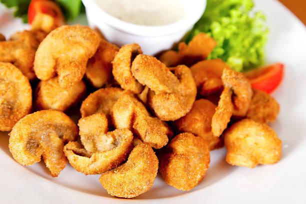 profondo fritto con fungo funghi - pangrattato preparazione degli alimenti foto e immagini stock