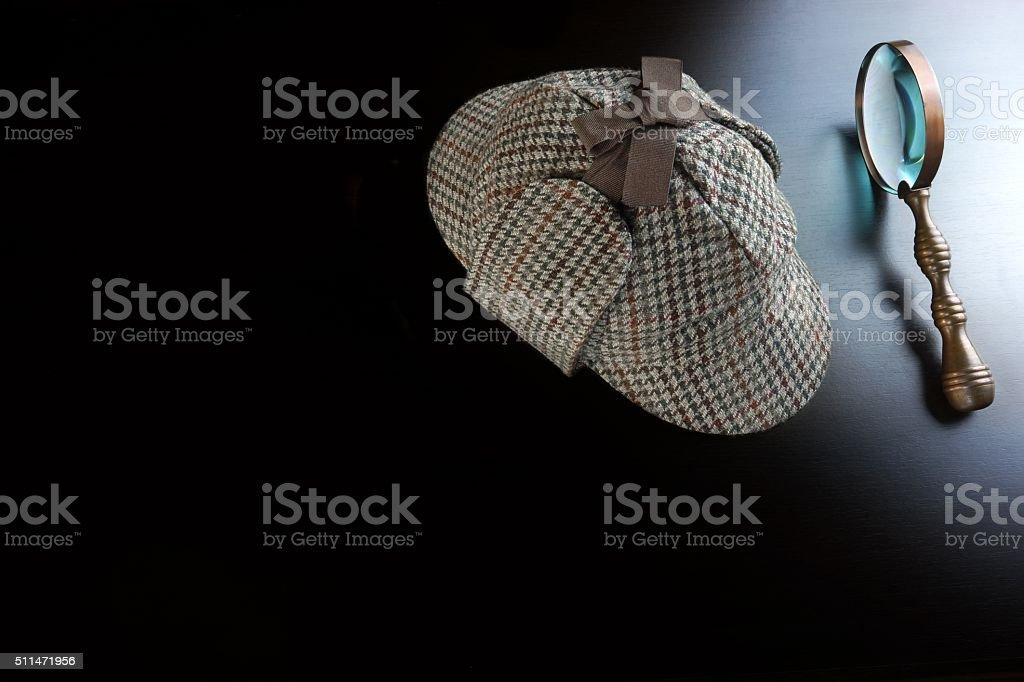 d8eb08f219 Casquette de Sherlock Holmes, anciens et loupe sur fond noir photo libre de  droits