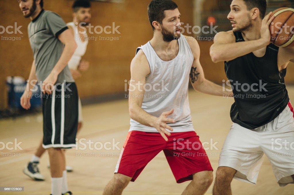 Försvar på basket match! - Royaltyfri Aktiv livsstil Bildbanksbilder