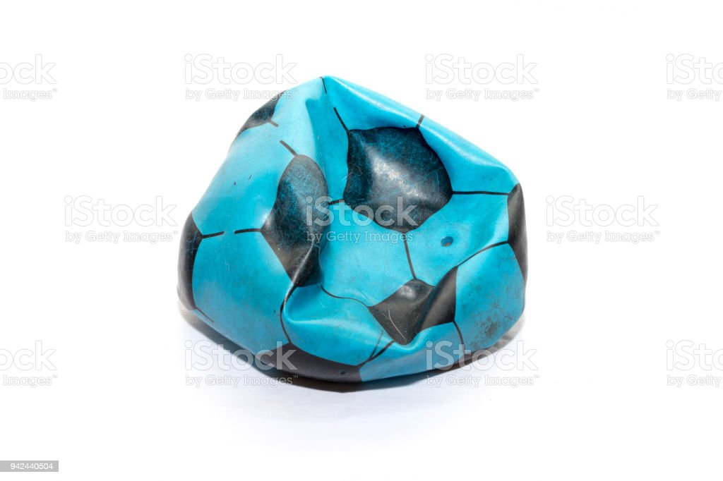 Deflationierten blau Fußball auf weißem Hintergrund – Foto