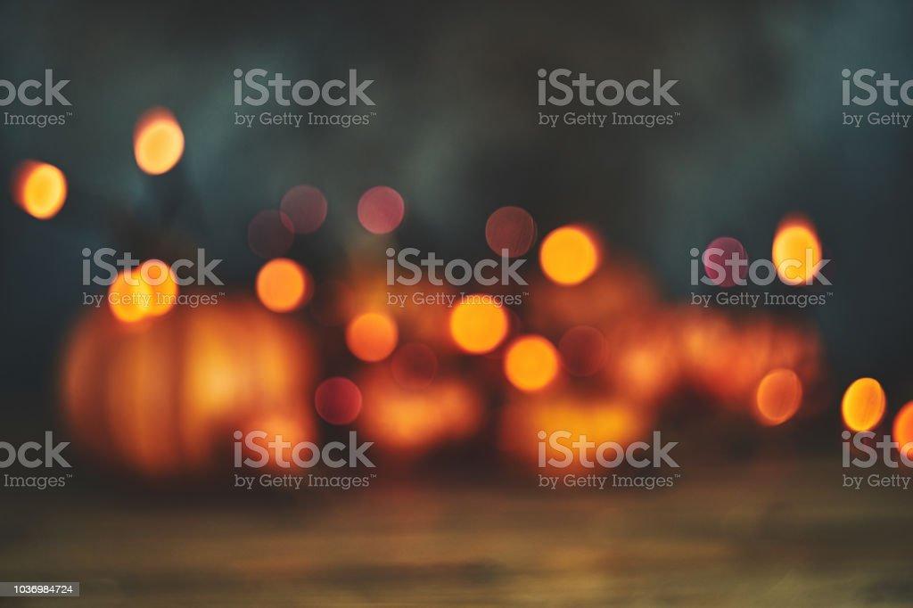 Defokussierten Hintergrund mit Kürbissen und Lichterketten für Halloween oder Thanksgiving – Foto