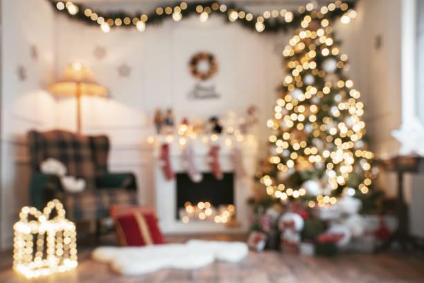 defokussierten helles weihnachten zimmer - kamin wohnzimmer stock-fotos und bilder