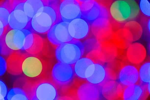 unscharf christmas light seil mit blauen und roten prominant. - lichtschlauch stock-fotos und bilder