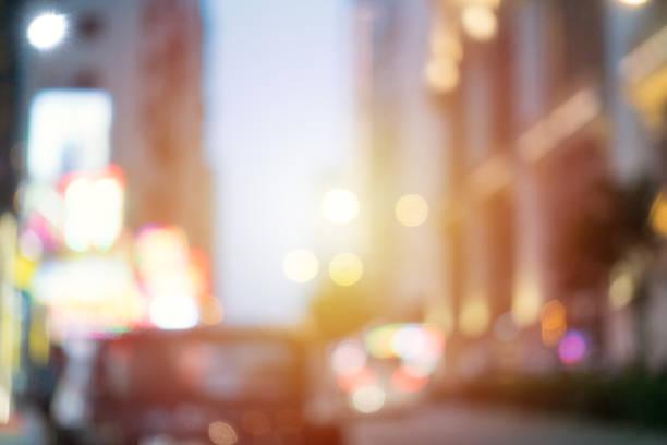 defokussierten stadt straßenbeleuchtung - weichzeichner stock-fotos und bilder
