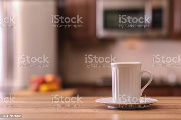 Defocused kitchen with coffee cup on empty wooden table foreground picture id1041853902?b=1&k=6&m=1041853902&s=612x612&h=p0crajc qpnqb38eicnzo5qozuqxjksnzpfjy8hingu=