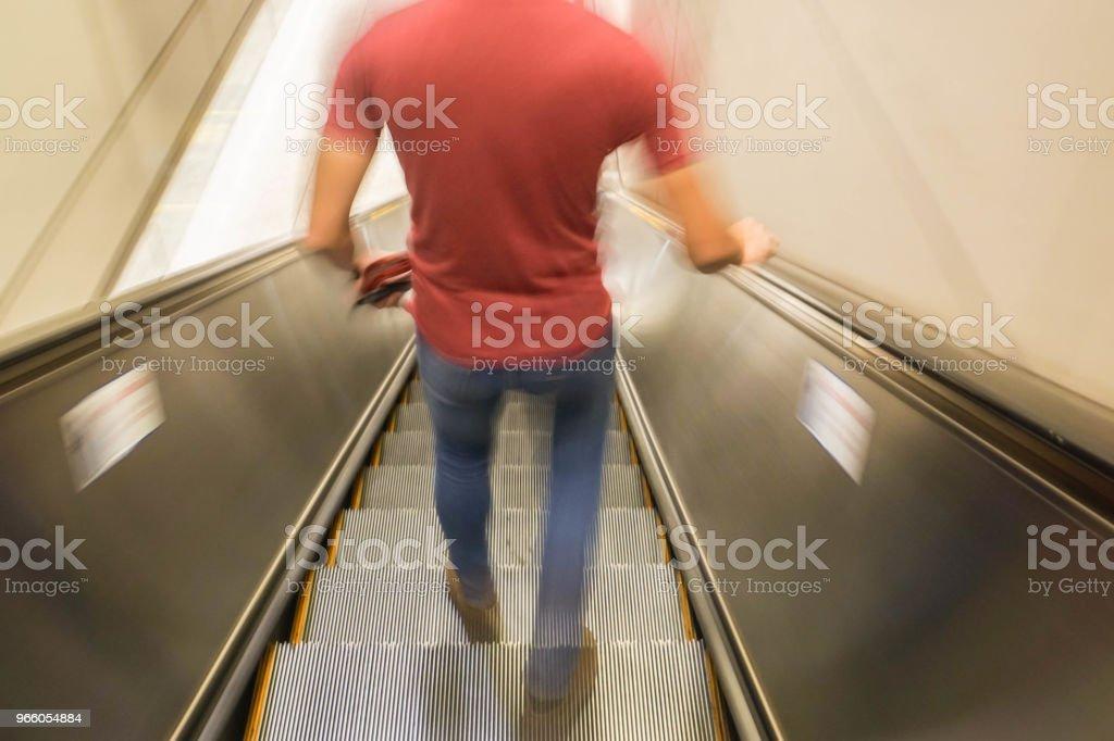 oskärpa mannen på rulltrappan för metro tåg entré - Royaltyfri Abstrakt Bildbanksbilder