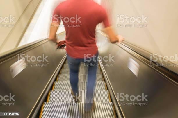 Oskärpa Mannen På Rulltrappan För Metro Tåg Entré-foton och fler bilder på Abstrakt